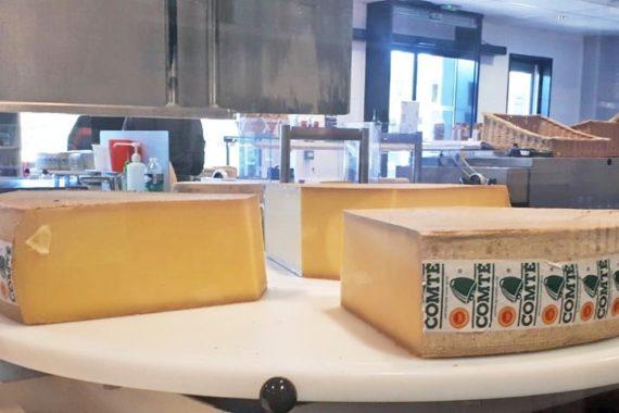 Vous les avez goûté pour les fêtes ! Et vous les avez aimé ! Et bien, ça tombe plutôt bien ! Cette semaine sont disponibles à la réservation (pour une livraison le 5 février à la Ferme) les délicieux fromages du Doubs : les comté, le morbier et la raclette. Reste plus qu'à faire votre choix sur notre site Internet.