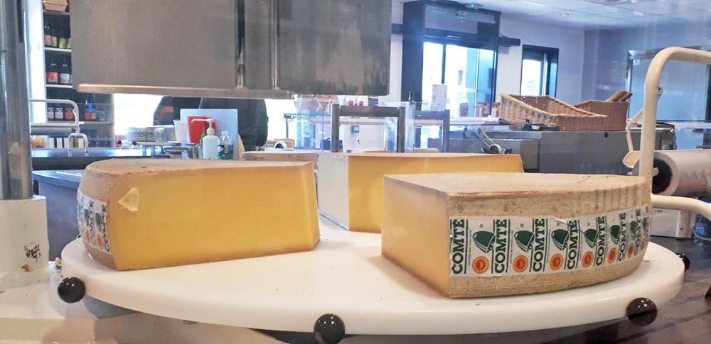 les fromages du Doubs (comté, raclette…) pour une livraison à la Ferme le vendredi 15 octobre. D'ici là le catalogue de cette semaine vous apportera de quoi vous réchauffer avec le retour des patates douces et des boudins noirs entre autres.